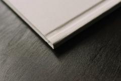 Полиграфическая книга 20x20 обложка фактурная белая ткань